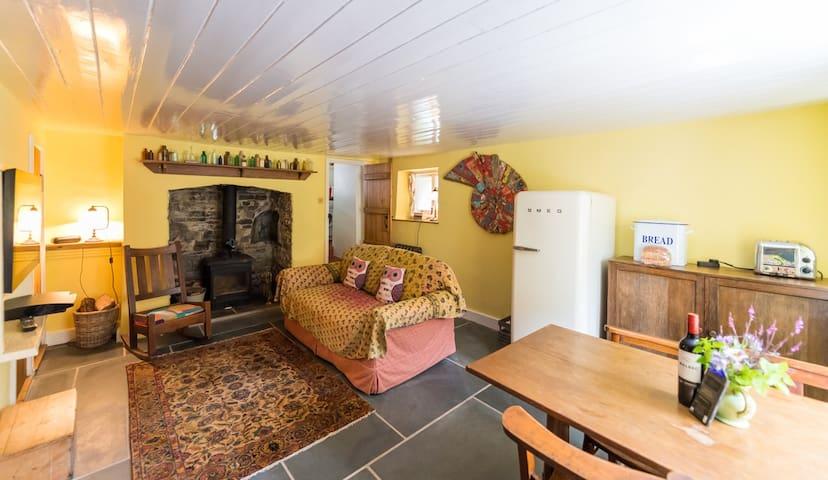 Skirr Cottage in heart of Devon village near beach
