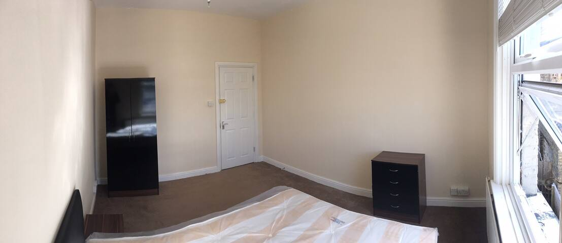 Available room near Ashford International and town