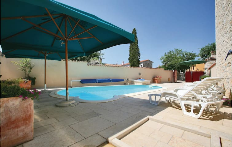 Holiday cottage with 5 bedrooms on 180 m² in Burici