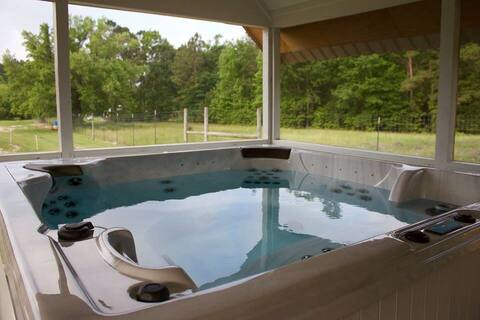 Bungalow in National Forest w/ spacious hot tub