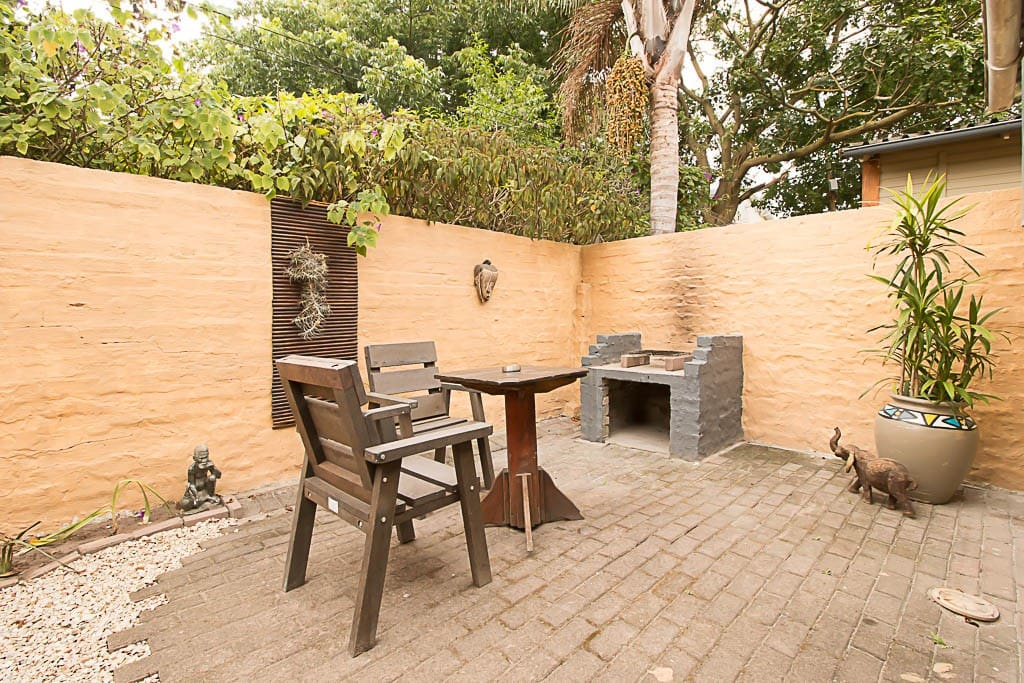 Chalet 6 - Private courtyard/ braai with table and chairs