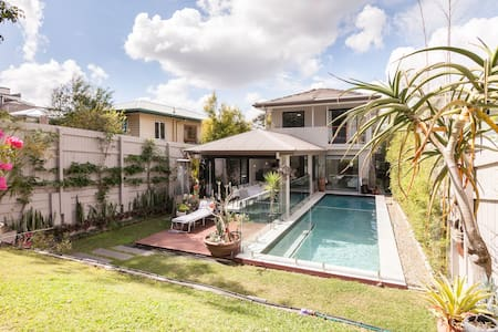 MORDEN HOUSE WITH A HEATED SWIMMING POOL - Moorooka
