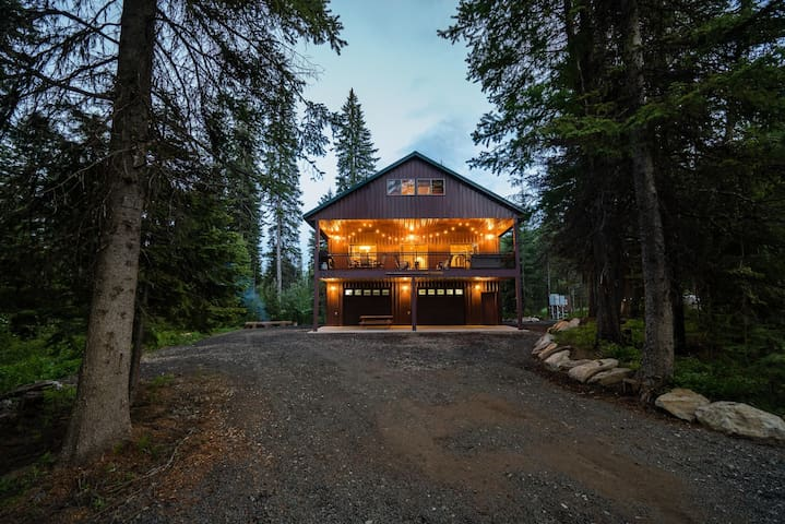 Private Acreage at the Foot of the Mountain- Hot Tub and Ample Parking (Sleeps 16)