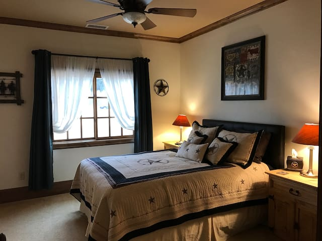 Private Bedroom in quiet wing - Flower Mound - Casa