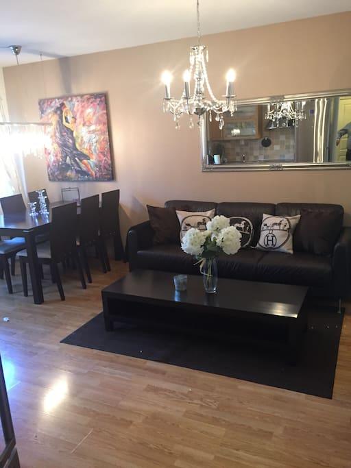 Stuen med sofagruppe og spiseplass