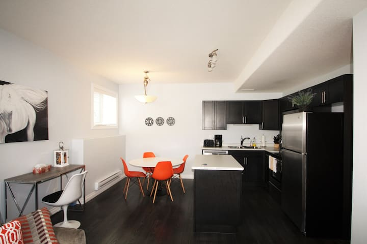 Elegant Suite near Airport 2Bd1Br, Parking - Saskatoon - Wohnung
