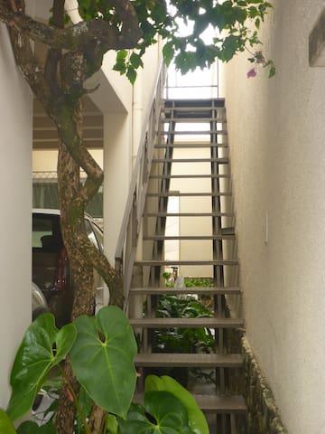 Escada de acesso ao estúdio