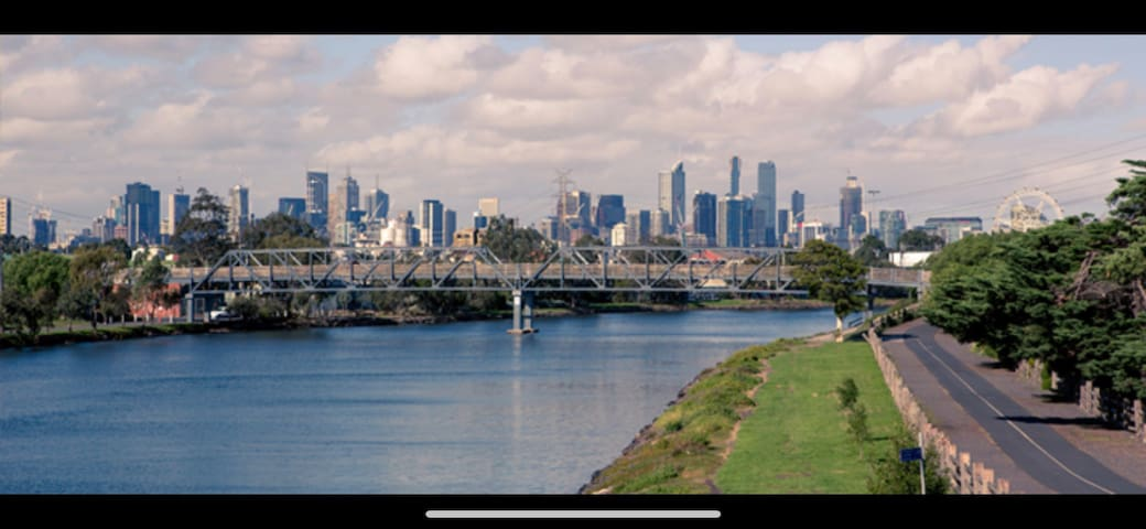 Spectacular river views in fabulous footscray.