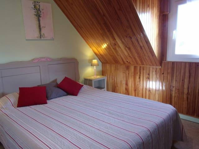 La chambre (située à l'étage) équipé d'un grand lit de 160 x 200 modulable en 2 lit de 80 x 200