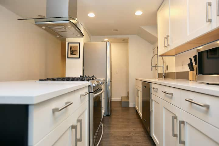 2BR Suite in Historic Home Near Lake Washington!