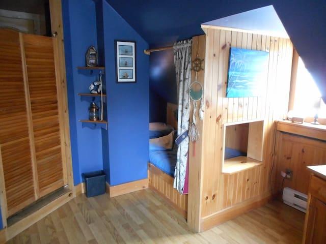 Lit simple cabine de bateau au 2ième / Single boat cabin bed on 2nd