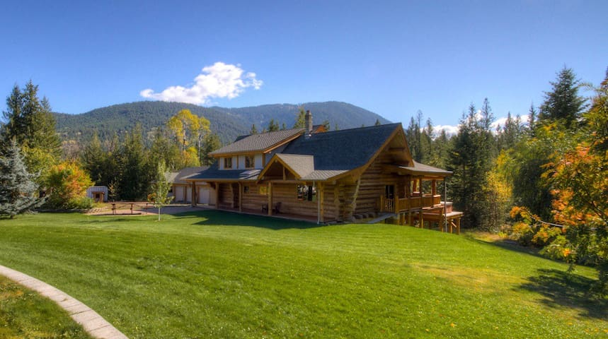Log house in the woods - seclusion AND a hot tub!