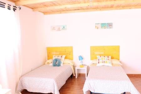 Habitación playa y aeropuerto. B - El Goro
