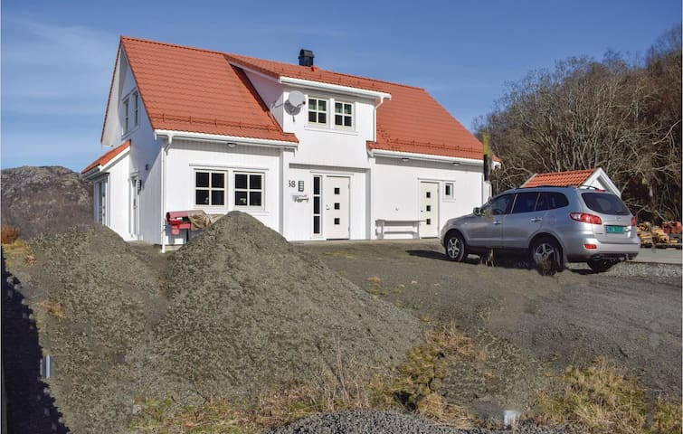 Holiday cottage with 4 bedrooms on 140m² in Hidrasund