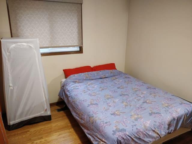 ~B2 Cozy quiet bedroom Queen bed good location