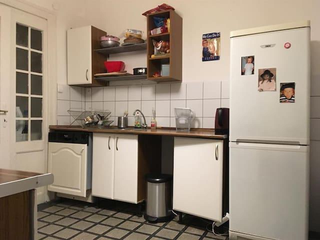 mutfakta bulaşık makşnası ketle bulaşıklar için bulaşık teli vs bulunur.