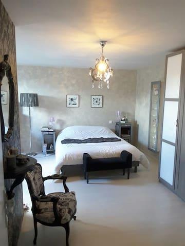 Grande chambre joliment rénovée - Quiévy - Casa