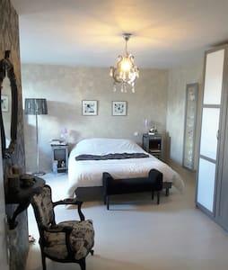 Grande chambre joliment rénovée - Quiévy - 단독주택