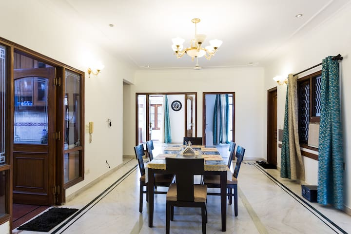4 Bedroom Luxurious Apartment in DLF - 2 - Gurgaon - House
