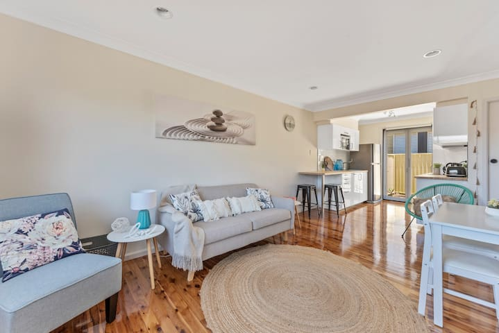 East Corrimal Townhouse by the dog friendly Beach!