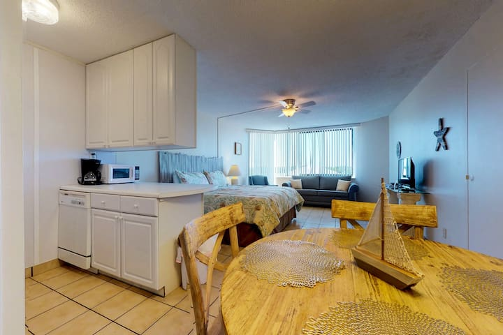 Cozy & clean beach condo w/ shared pools & ocean views - snowbirds welcome!