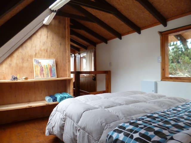 La cabaña está construida con maderas de mas de 50 años, recicladas de construcciones antiguas de Bariloche
