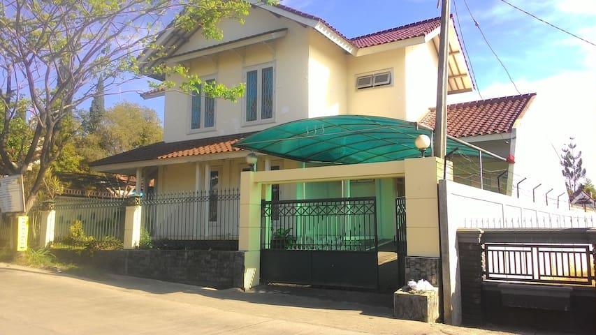 Villa Keluarga di Kota Bunga Cipanas, Puncak