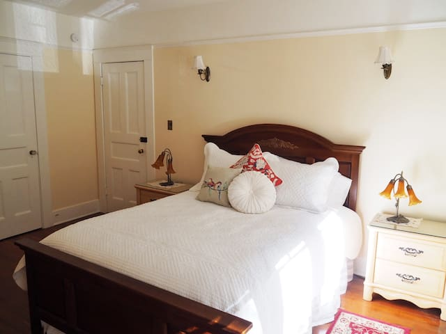 Lady Geneva Bed and Breakfast Medford Queen Suite