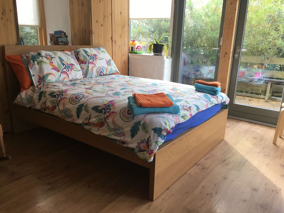 12/09/17 A new double bed has replaced the folding bed shown in the older picture.