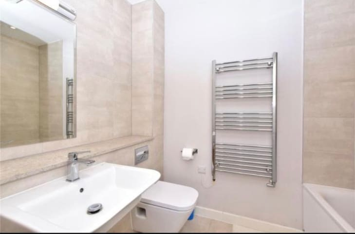Private 2 Bedroom Apartment near Watford Junction