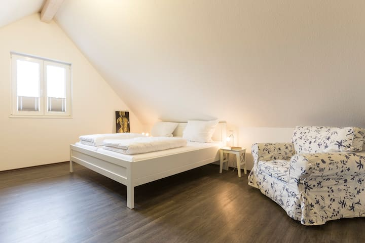 Schlafen unterm Dach mit gemütlicher Leseecke
