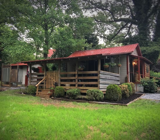 Cade's Place Cottage , 3 miles to downtown Clayton