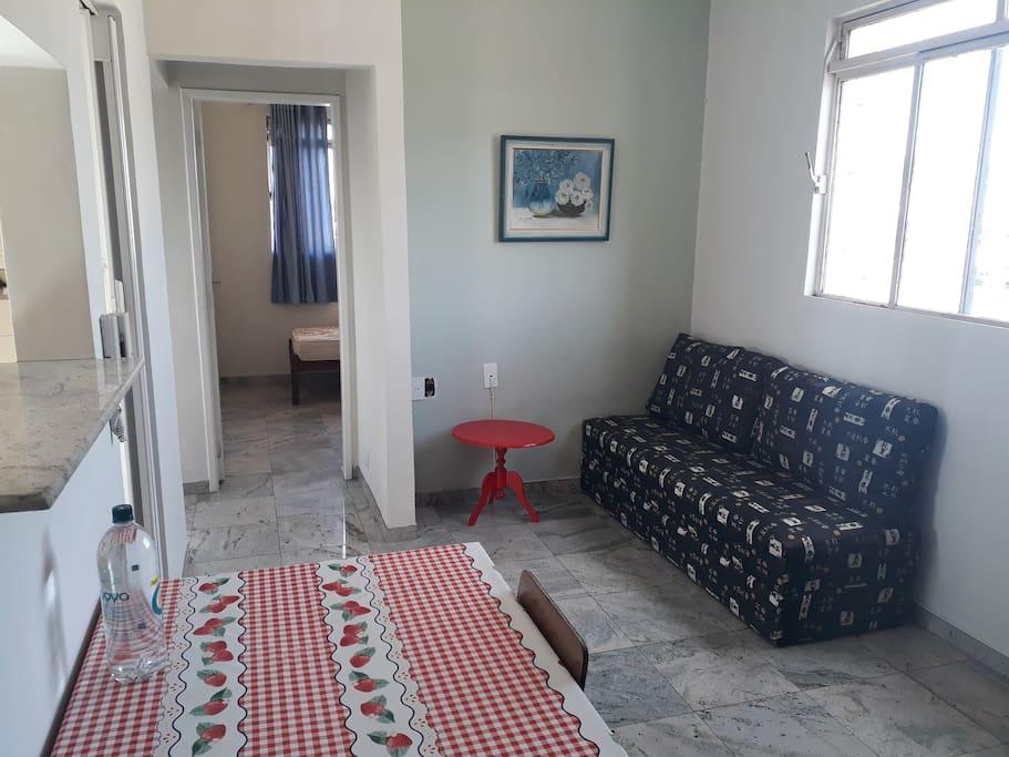 sala na entrada e primeiro quarto no fundo