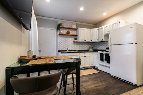 *Cozy*Clean*Welcoming* Apartment 2BR/1BA w/pullout