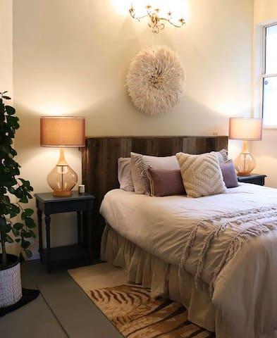 Master Bedroom (1 Queen Bed)