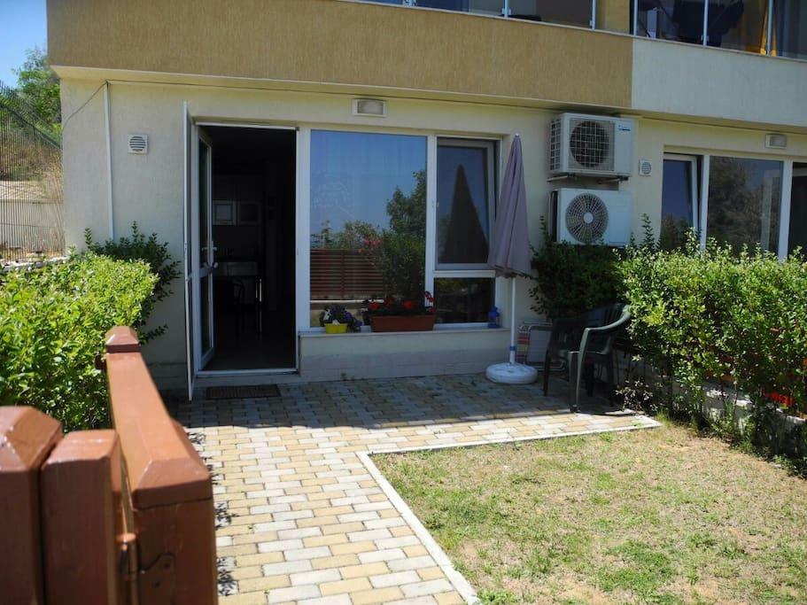 Отдельный вход и маленький дворик
