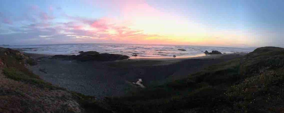 Mendocino Coast Cottage - Walk to beach & dunes!