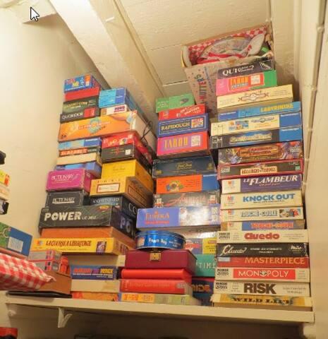 Jeux de société à disposition / Lots of board games.