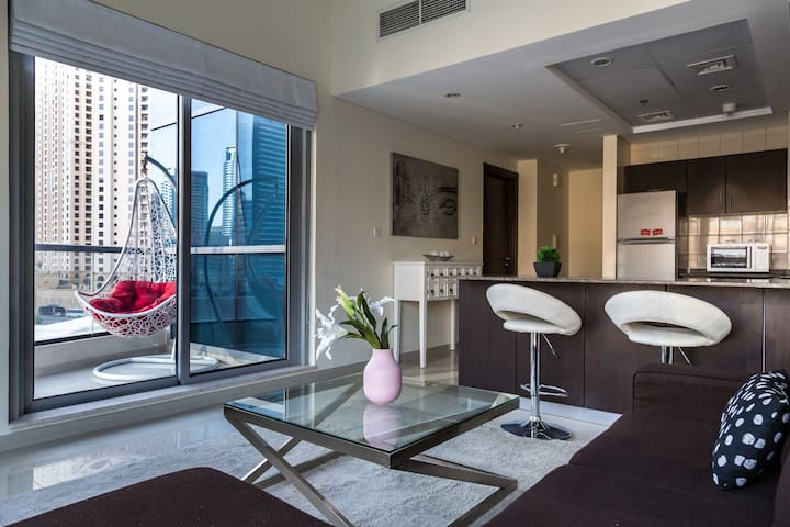 Modern apartment next to Dubai Marina canal