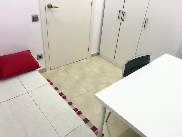 Single room with private bathroom in the center