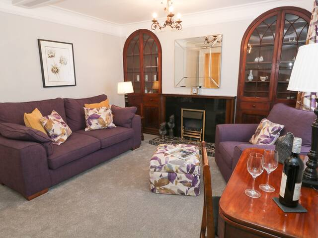 1 TOWER HOUSE, pet friendly in Cartmel, Ref 940193