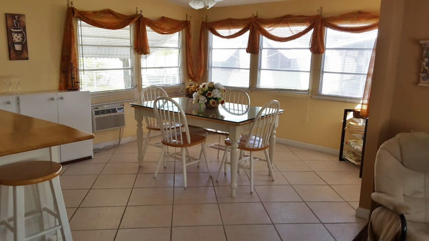 Cozy room / Clean, Safe, Quiet - Hallandale Beach