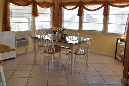 Cozy room / Clean, Safe, Quiet - Hallandale Beach - Andre