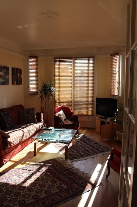 Double living room / TV Side with bow windows