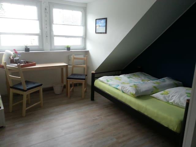 Zimmer mit Bad und separatem Eingang