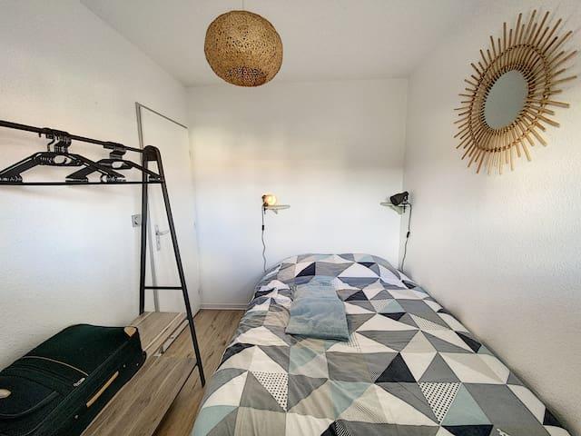 Chambre avec lit double et penderie