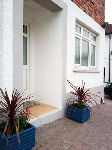 Sleeps 6, 1 dog,walk to shops and beaches!