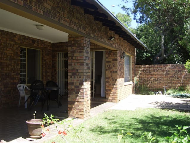 Comfortable and convenient room in apartment. - Sandton - Appartement