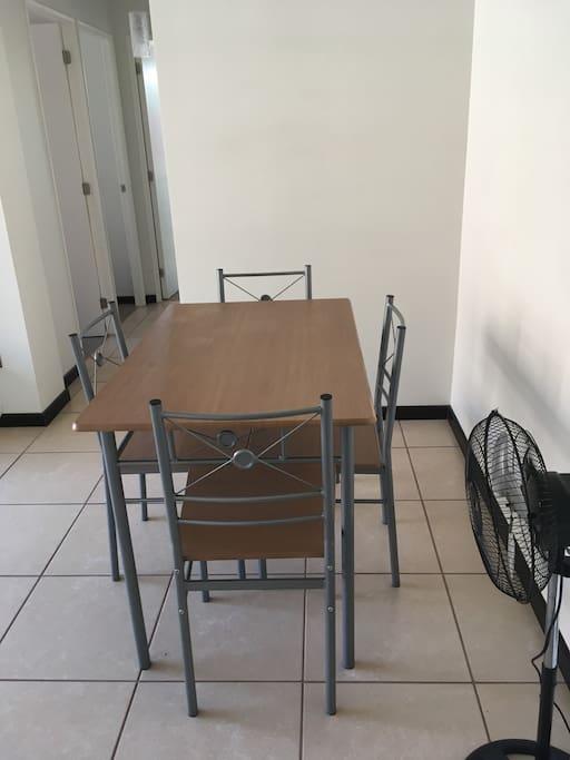 El comedor tiene 4 sillas, pero hay dos más guardadas en el closet principal. Tenemos un ventilador para capear las altas temperaturas.