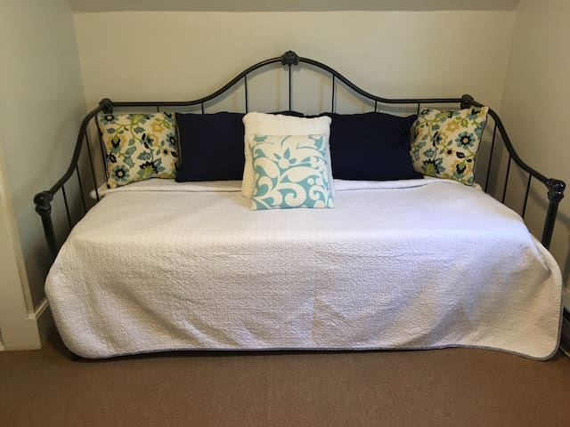 Private bedroom Norwood sleeps 2 daybed/trundle